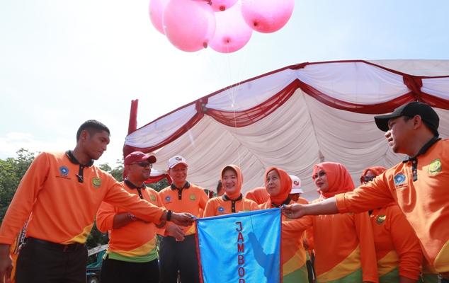 Lis bersama Syahrul dan Weni saat melepas balon ke udara pada acara Jambore PKK